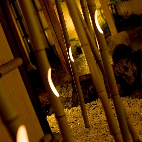 夜は竹のオブジェと間接照明が幻想的な空間を演出