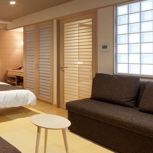 【羽衣】広々としたお部屋を区切るガラスの壁が印象的な、和と洋の心地よい空間。