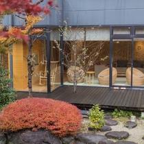 ロビーからは美しい日本庭園が眺められます。