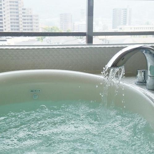 【特別室】窓辺に設置したバスルームはジェットバス機能付き(お風呂のお湯は温泉ではございません)