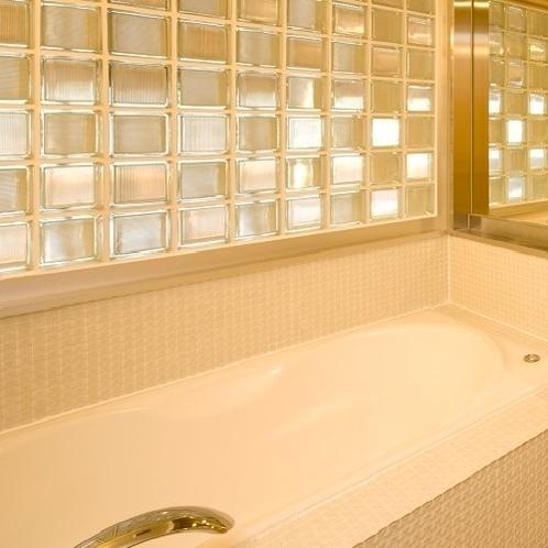 【羽衣】バスルームの壁はモザイクガラスを使用。透明感のある柔らかな光が印象的。