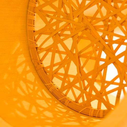 竹ひごを使って編み上げ、形をつくる作業はすべて手作業によって編み出されます。