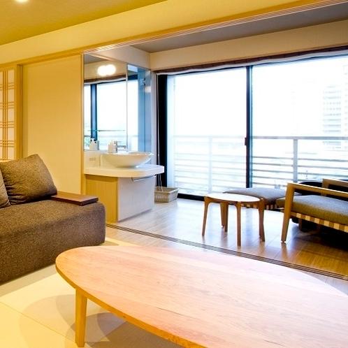 【特別室】大きな窓からは柔らかな日差しが注ぎ、明るい居心地の良いお部屋です。