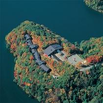 紅葉の森に佇むホテル