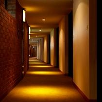 客室へと続く廊下□