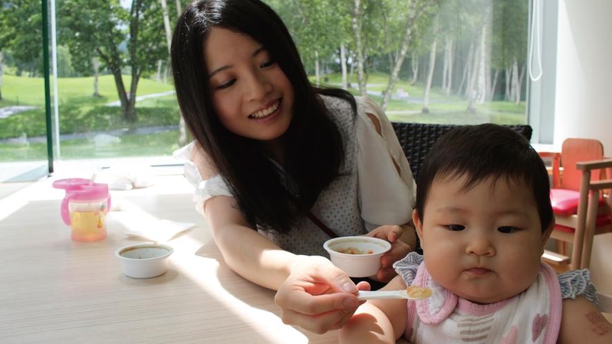 月齢毎にわかれた離乳食。スタッフにお声掛け下さい(^o^)