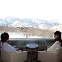 【スーペリア・ツイン】客室から望む雪景色を眺めながら過ごす贅沢なひととき。