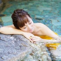 [日中の温泉に浸かってゆったり 気持ちよくてずーっと入っていたい!]