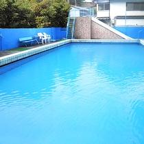 夏季限定!屋外にはプールも!
