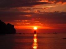 神威岩に沈む夕日