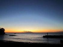 6:20 もう少しで伊豆大島山頂より日の出です!