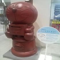 高岡駅に設置のドラえもんポスト 出すと消印がドラえもん印