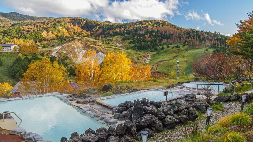 【こまくさの湯】秋は紅葉を望みながら、露天風呂に浸かることができます