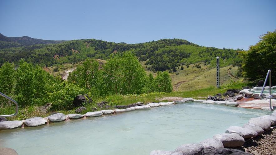 【こまくさの湯】標高1800mの万座温泉は、夏も涼しくゆっくりと温泉に浸かることができます