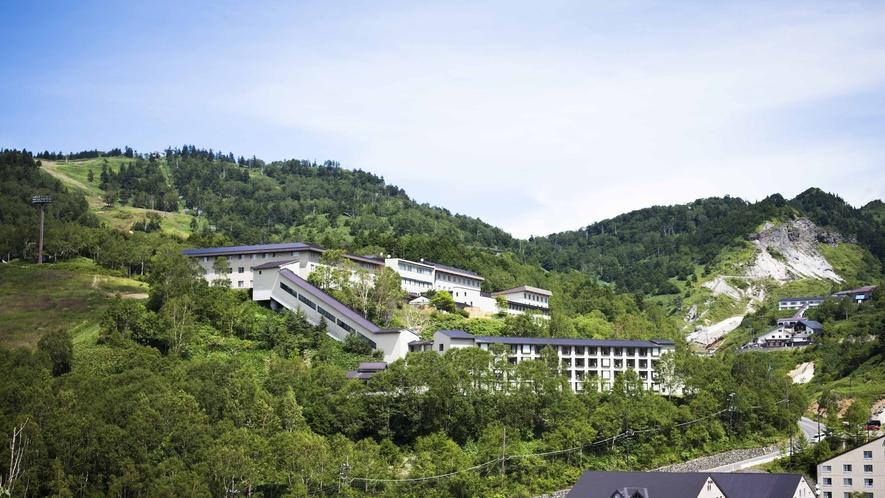 【外観】標高1800m。大自然に囲まれた温泉リゾートホテル