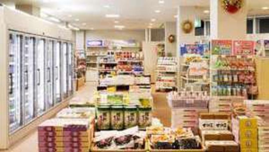 【スーベニアショップ】お土産、スナック類、ドリンク、日用品などを取りそろえております
