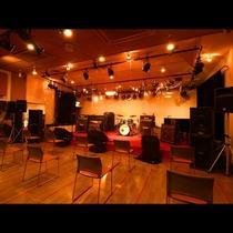 8st_ライブ・コンサートスペース ステージ前にアクリル板設置、席の間隔を1mに調整し、コロナ対策!
