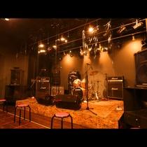 7st_ライブ・コンサートスペース ステージ前にアクリル板設置、席の間隔を1mに調整し、コロナ対策!