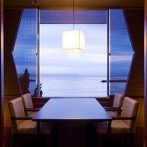 【お食事処・共楽】5卓しかない「海側半個室」でのんびりご夕食 特別和洋室プランでご利用いただけます♪