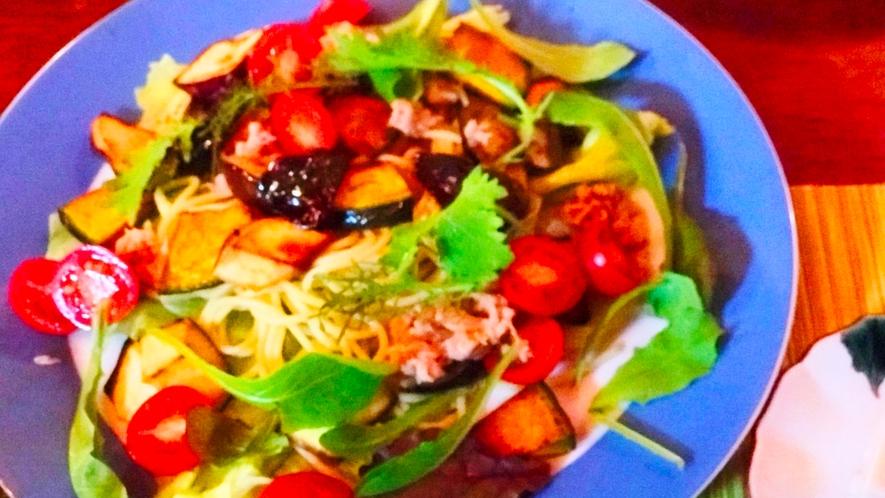 【夕食一例】新鮮な野菜が鮮やかに彩るパスタです。