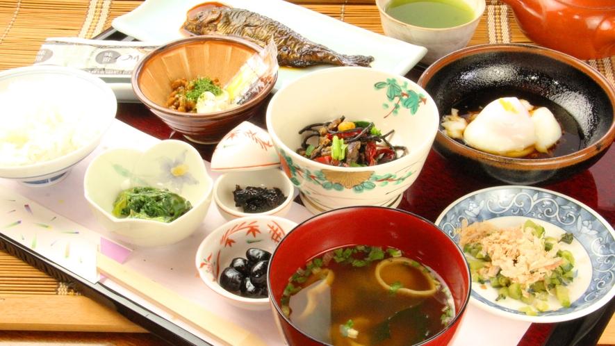 【朝食全体】素材の味を楽しめる品数豊かな朝食で、一日のエネルギーチャージ!