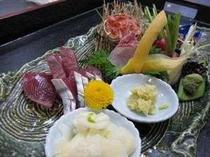 今年は戻り鰹が当り年です。海賀荘新鮮なお刺身をぜひご堪能ください。