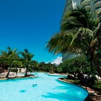 ■県内最大級の屋外プールは開放感にあふれています(営業期間4〜10月)