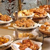 ■レストラン「パセオガーデン」 朝食 焼き立てパン