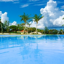 澄み切った青空と、煌めく夏の日差し。県内最大級のプールで最大限遊びつくしちゃおう♪ビーチもすぐそこ♪