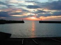 漁港からの日の出