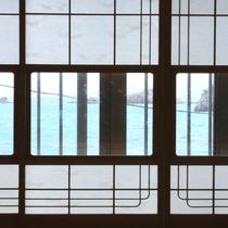 窓から見える景色は青く澄んだ海一色!