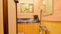 *貸切風呂『黄金の湯』/小金色のタイルとお1人様用のこじんまりした湯舟が落ち着くと評判。