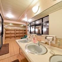 *男性用大浴場/24時間入浴可能。明るく広々とした湯船でさっぱりと汗を流して下さい。