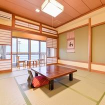 *海側客室一例/熱海サンビーチを望む純和風のお部屋。人気の花火大会もご覧いただけます。