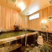 *貸切風呂『渚の檜隠し湯』/檜をふんだんに使ったお風呂は温泉宿ならではの風情が楽しめます。