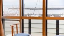 *海側客室一例/お部屋から熱海湾を眺めてのんびり。美しい朝日も手が届きそうな距離に。
