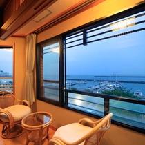 *海側客室一例/大きな窓の外に広がる青い海。美しい景色は日常の喧騒を忘れさせてくれます。