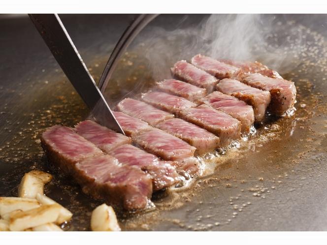鉄板焼「逢坂」ではこだわりのブランド牛をお楽しみいただけます