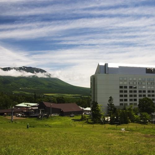【ホテル外観】岩手山とホテル