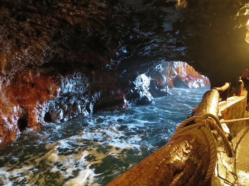 三段壁の洞窟