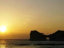 夕日に照らされた円月島に