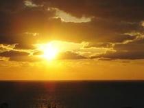 宿の庭より見えるある日の夕日
