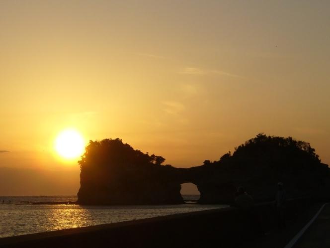 夕日と円月島