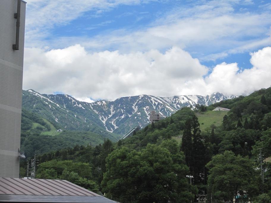 和洋室から見える五竜岳とジャンプ台