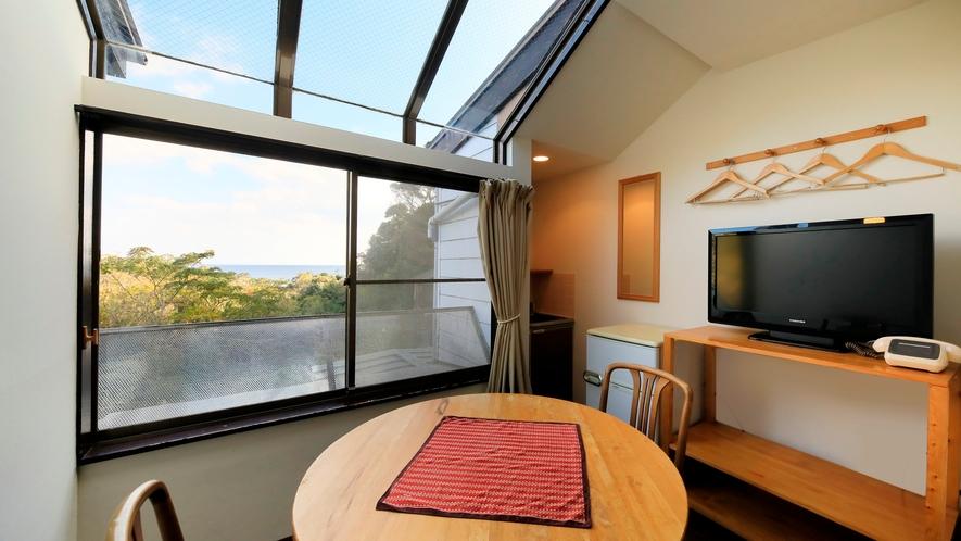 海の見えるサンルーフ付ツインルーム|2階のお部屋のため、窓からは海が見えます。