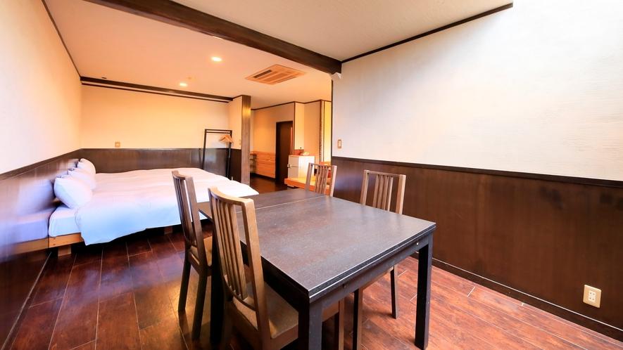 露天風呂付き客室(B-3)|壁には珪藻土を使い、木のぬくもりのある落ち着いたつくりになっています。