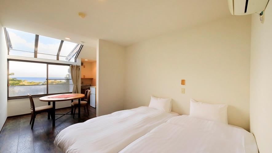 海の見えるサンルーフ付ツインルーム|サンルーフから朝日も差し込み、明るく爽やかなお部屋です。