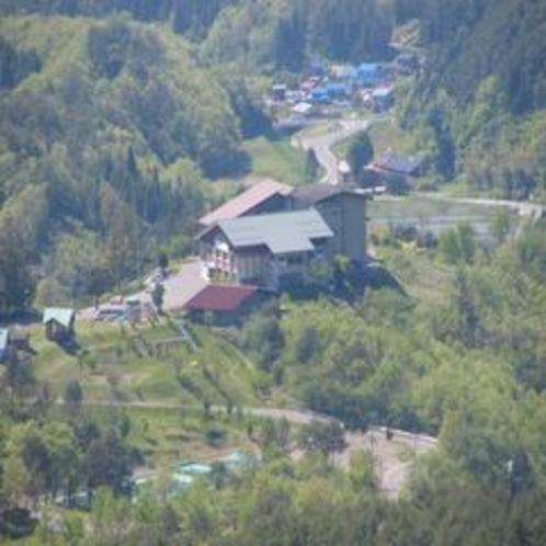 新緑に囲まれた津黒高原荘