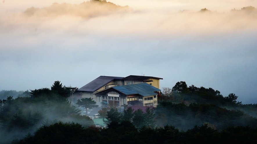 ・日の出前、雲海の高原荘★★