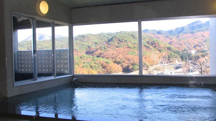 ・大浴場:秋の紅葉が美しい津黒山が絶景。